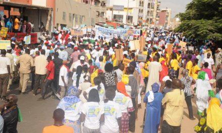 MANIFESTATION DES JEUNES DE L'OPPOSITION – Les jeunes de l'opposition manifestent devant les grilles de la RTS