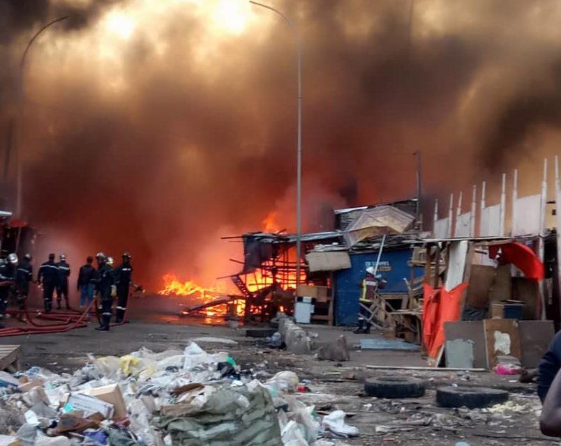 Un violent incendie ravage plusieurs cantines à Petersen