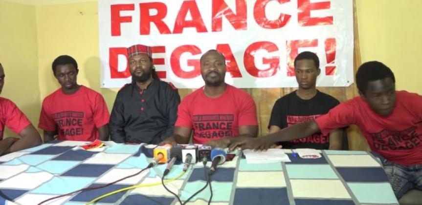 """""""AUCHAN dégage ! Carrefour dégage"""" : Guy Marius Sagna et Cie devant les locaux du ministère du Commerce"""