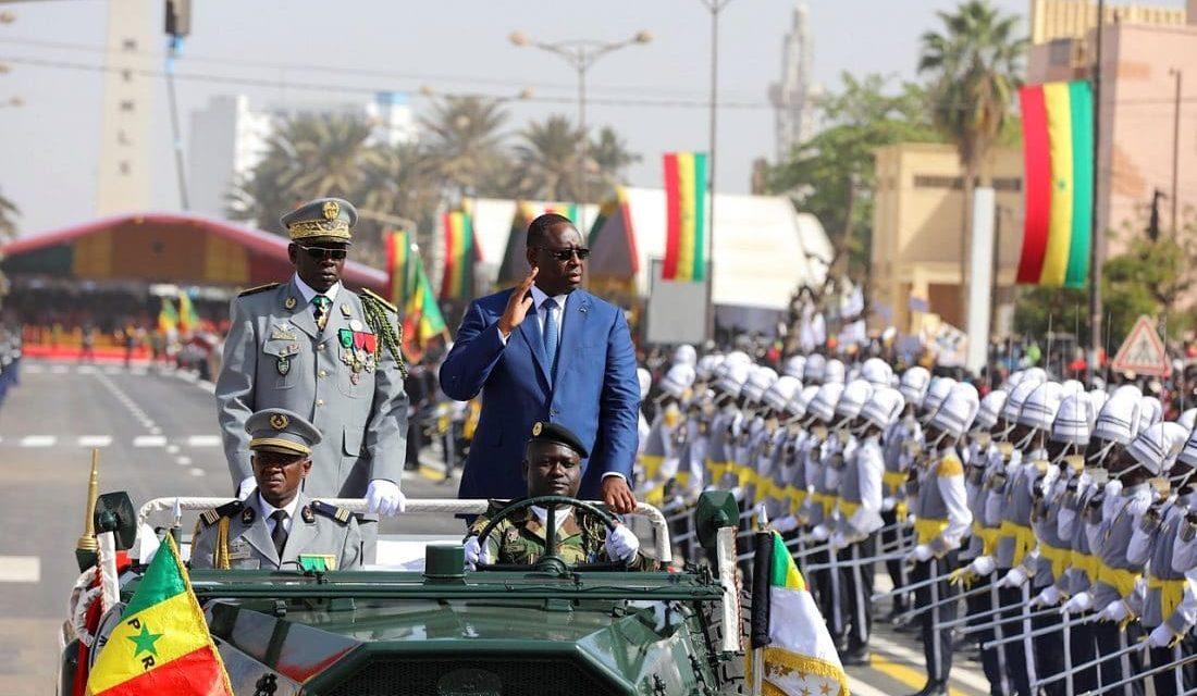 Satisfait du déroulement du défilé, le Président Sall réaffirme sa détermination à renforcer la sécurité