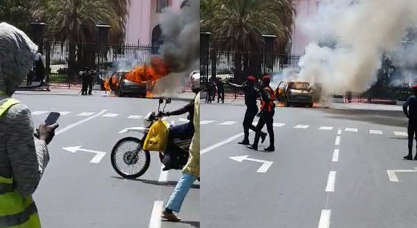 Une voiture de touristes prend feu devant le palais