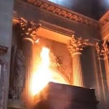 Paris : la cathédrale Notre-Dame en flammes