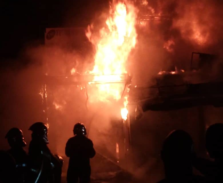 En Images – Incendie au marché Sandaga: plusieurs cantines ravagées