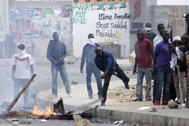 UCAD – Les étudiants barrent l'avenue Cheikh  Anta Diop