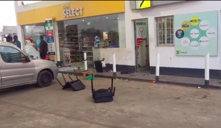 KOUNGHEUL : Des assaillants attaquent une station Shell, blessent 2 personnes et emportent un véhicule 4×4