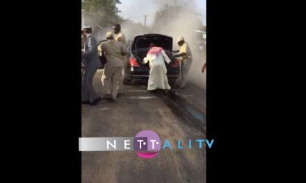 Vidéo – Le véhicule de Macky Sall prend feu