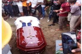 COTE D'IVOIRE – Des fans ouvrent la tombe de DJ Arafat