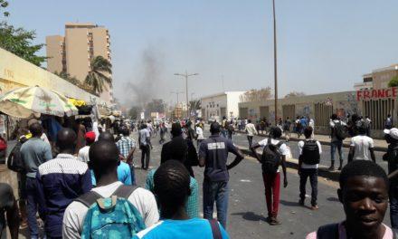 POUR LA LIBERATION DE GUY MARIUS SAGNA  – Des étudiants bloquent l'avenue Cheikh Anta Diop