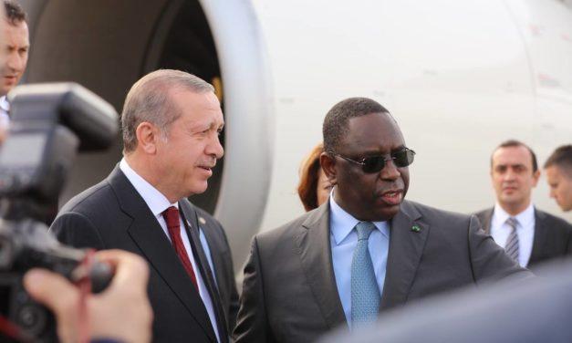 """Macky """"vend"""" l'arachide Sénégalais au marché turc"""