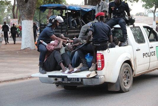 """SIT-IN A MBACKE – """"And Sopi Ndoxu Mbacké"""" envahit la direction de Sen'Eau, des manifestants interpellés"""