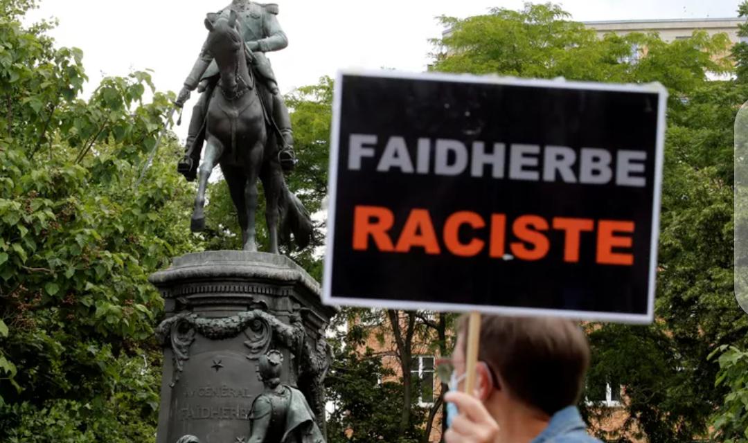 LILLE – Des Français manifestent pour le retrait de la statue de Faidherbe
