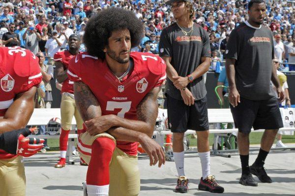 UN GENOU A TERRE POUR PROTESTER CONTRE LE RACISME –  Qu'est devenu Kaepernick ?