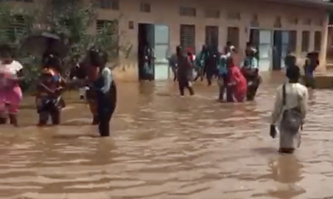 CFEE 2020 – Des candidats font leurs examens dans des centres inondés (Vidéo)