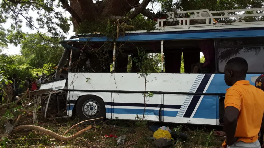 LOUGA – Un bus perd son pneu, percute un arbre et fait 17 blessés