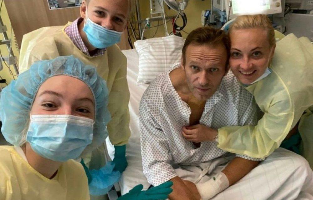 Navalny se réjouit de respirer sans assistance, un retour en Russie s'annonce