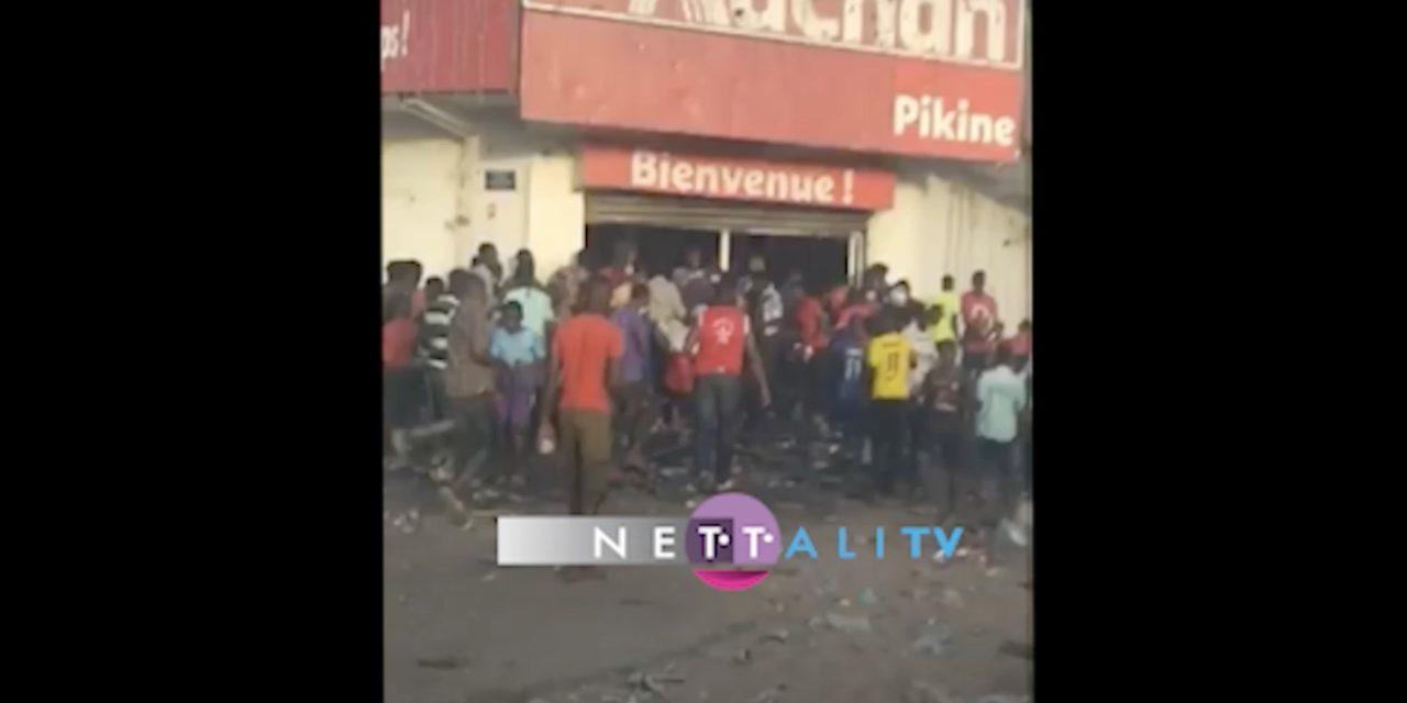 VIDEO – Les agences SONATEL Parcelles, SG Yoff en flammes, des magasins Auchan saccagés