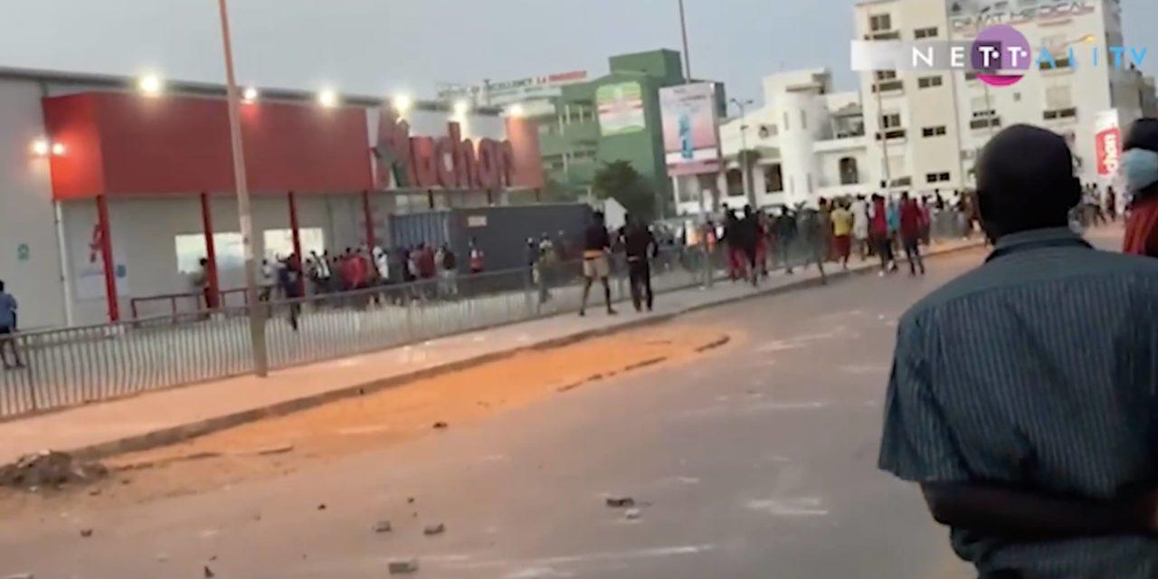 VIDEO – Les magasins Auchan Mbour, Sacré-Coeur, Alamadies pillés