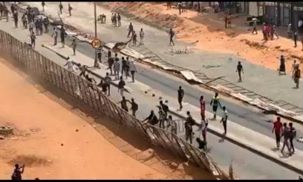 VIDEO | PHOTOS – GUÉDIAWAYE – Des manifestants exigent la libération de Sonko et cassent tout