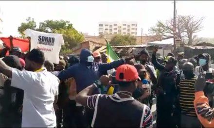 VIDEO – ARRESTATION DE SONKO – Le tribunal pris d'assaut par des jeunes