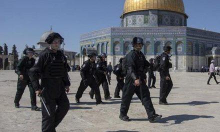 La police israélienne attaque des fidèles à la mosquée Al-Aqsa
