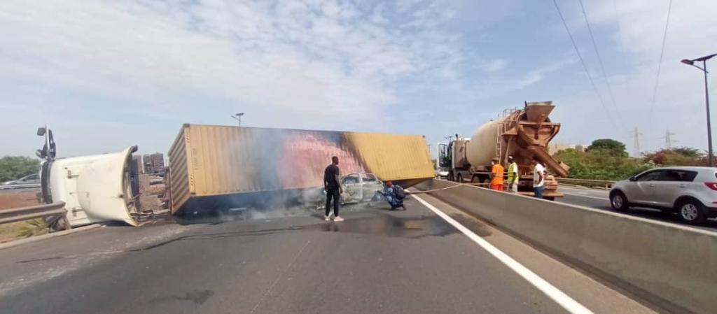Un camion se renverse sur l'autoroute à péage