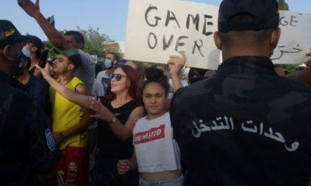 TUNISIE – Le chef du Parlement Ghannouchi en sit-in devant la chambre, bloquée par l'armée