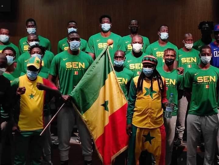"""AFROBASKET MASCULIN 2021 – Les """"Lions"""" ont reçu le drapeau national"""